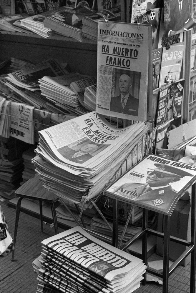 20 novembre 1975. Kiosque avec les journaux du jour annonçant la mort de Franco. EFE