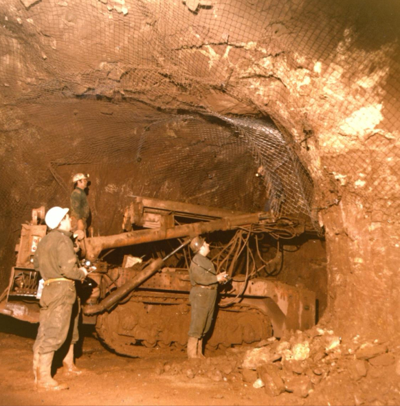 Opération de soutènement à la mine Peygros, Var France (1970). Institut pour l'histoire de l'aluminium, Collection photographique de Pechiney © droits réservés